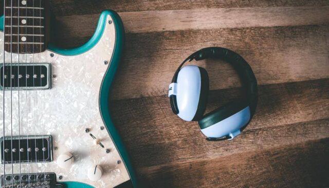 ギターとヘッドホン