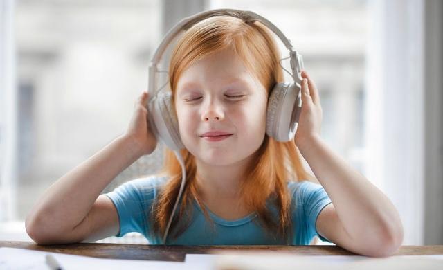 女の子が音楽を聴いている様子