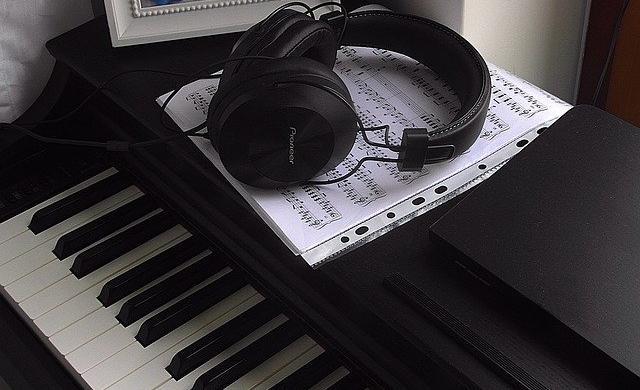電子ピアノとヘッドフォン