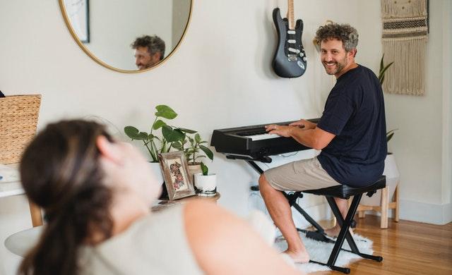 電子ピアノを弾いている様子