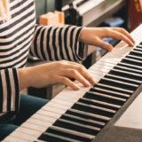 電子ピアノを弾く様子