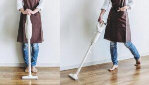 スティッククリーナーで掃除する女性