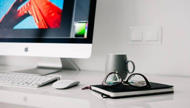 パソコンとカップと眼鏡