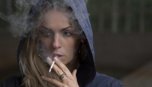 タバコを吸う女の人