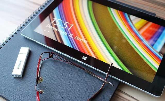 タブレットとUSBと眼鏡