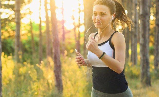 イヤホンをつけてジョギングする女性