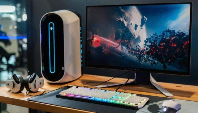 デスクトップパソコンと光るキーボード