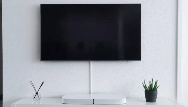 白い部屋のテレビ