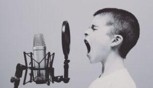 歌ってる男の子白黒
