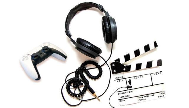 映画やゲームを楽しむサラウンドヘッドホン