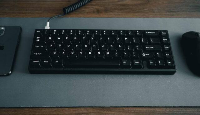 黒のテンキーレスキーボード