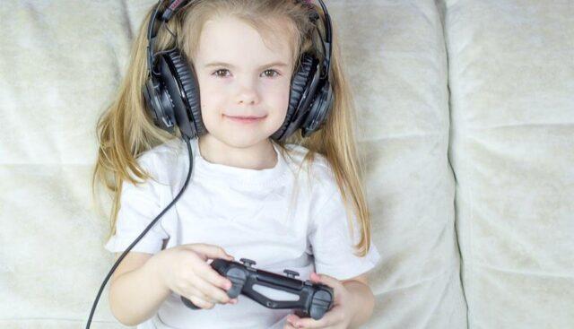 ヘッドホンをしてゲームする女の子