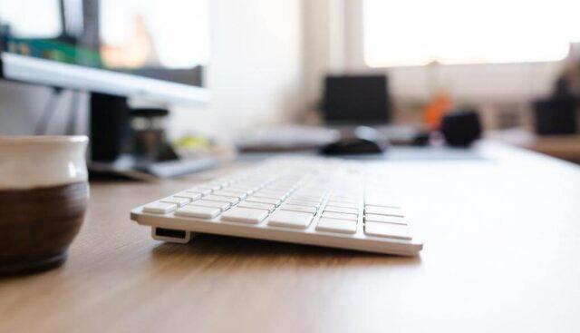 デスクの上にあるキーボード