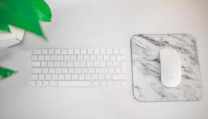 白のテンキーレスキーボード