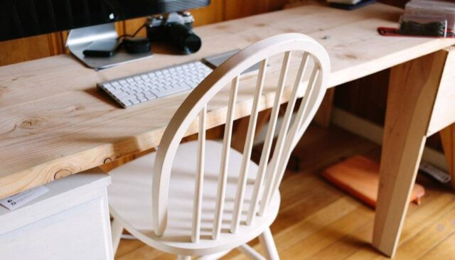 木製のデスクとキーボード
