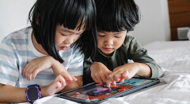 タブレットで遊ぶ子供たち