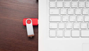 赤のUSBとコンピューター