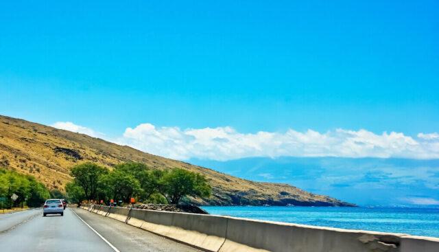 車から見たハワイの海と山