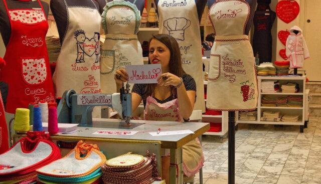 服飾店で店番する女性