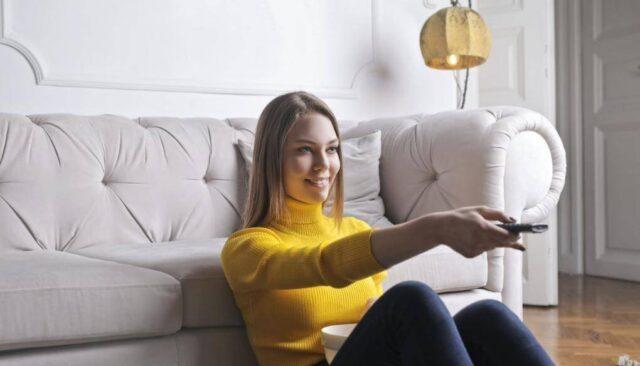 部屋でテレビを見る女性