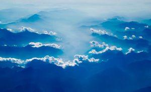 霧がかった山々