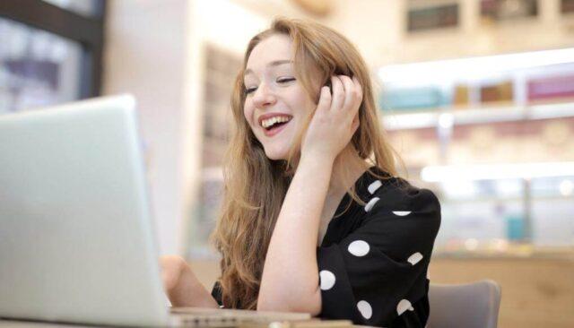 パソコンを使う笑顔の女性