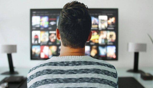 観る映画を選ぶ男性