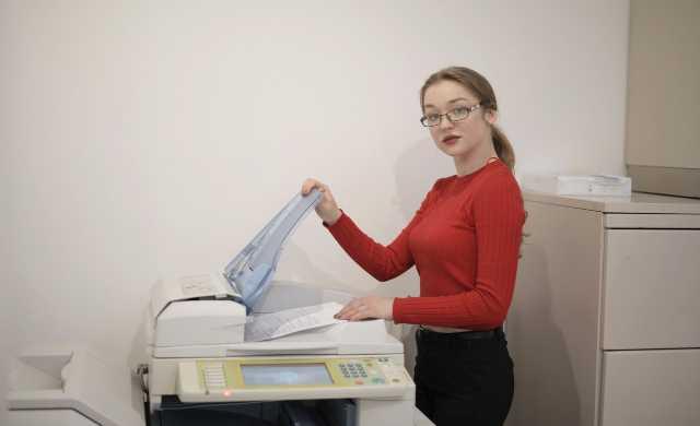オフィスでコピーする女性