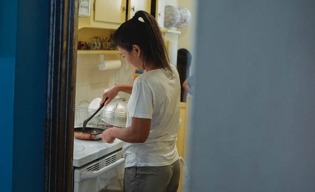 調理中の女性