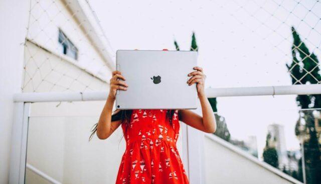タブレットを持つ赤い服の女の子