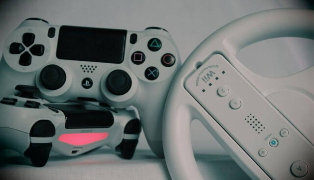 PS4コントローラーとハンドル