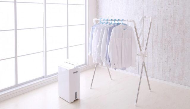 除湿機を使って衣類を部屋干ししている様子