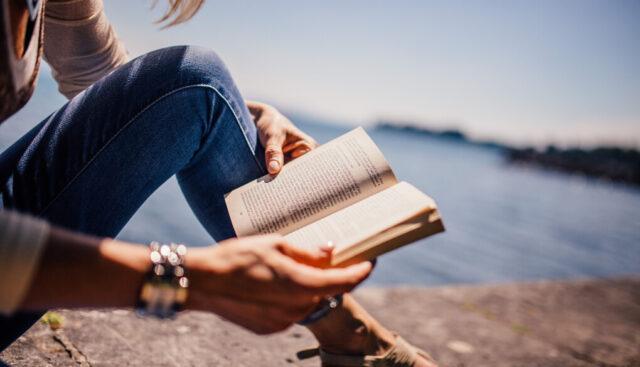 海の傍で本を読む人