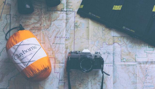 寝袋、カメラ、双眼鏡