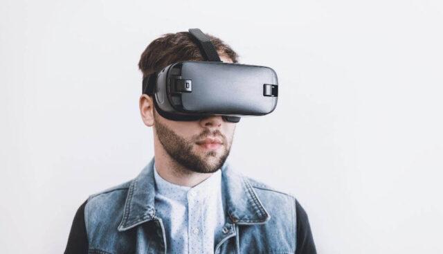VRヘッドセットをする男の人