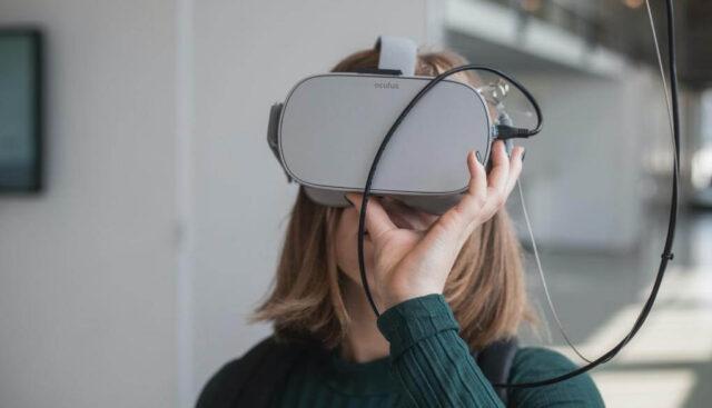VR体験をする女の人