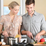 料理するカップル
