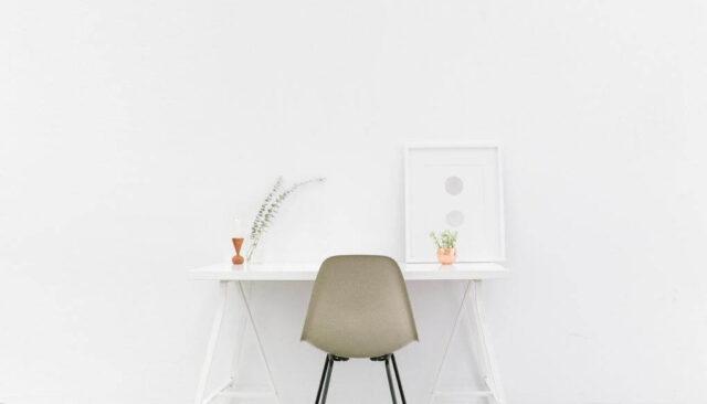 白い椅子と机