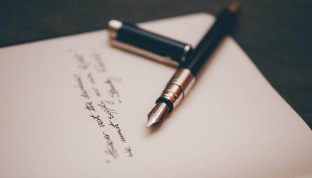 万年筆で文字書いてる途中