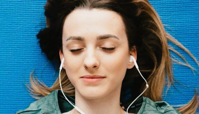 イヤホンで音楽を聴く
