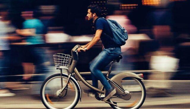 街中を自転車で走っている男性
