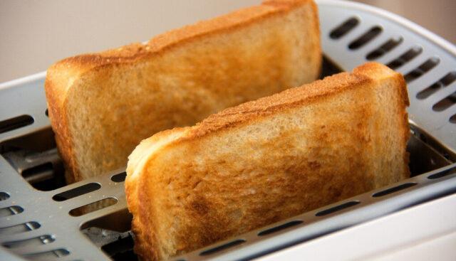 トースターで食パンが焼きあがったところ