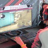 オンラインゲームをする男性