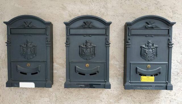 外に置かれた郵便受け