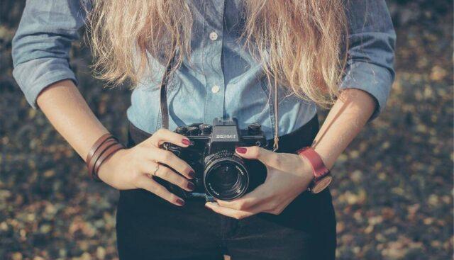 カメラで写真を撮ろうとする女の子