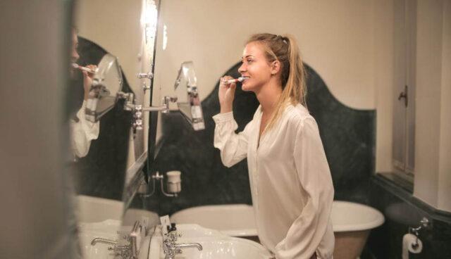 歯を磨く女の人