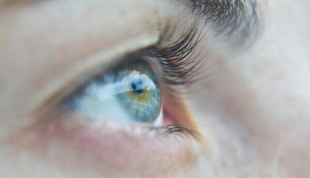 青い目の女の人