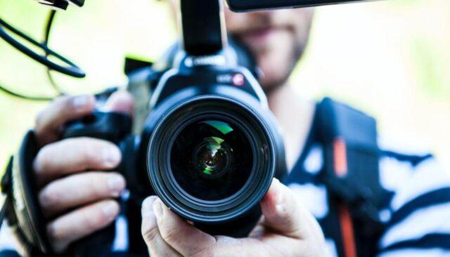 カメラを向ける男性