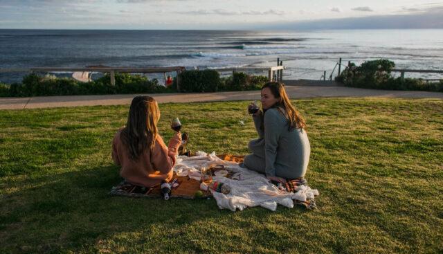 外でお酒を楽しむ女性たち