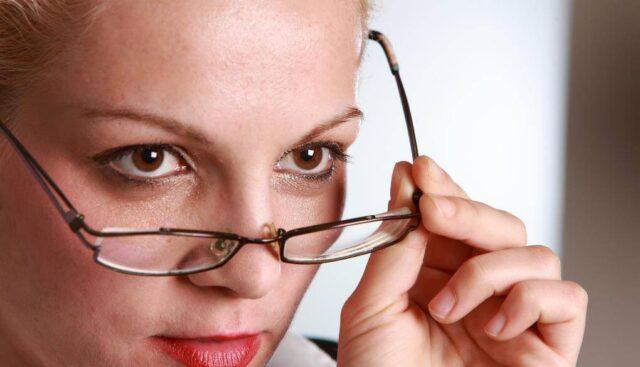 メガネの女の人